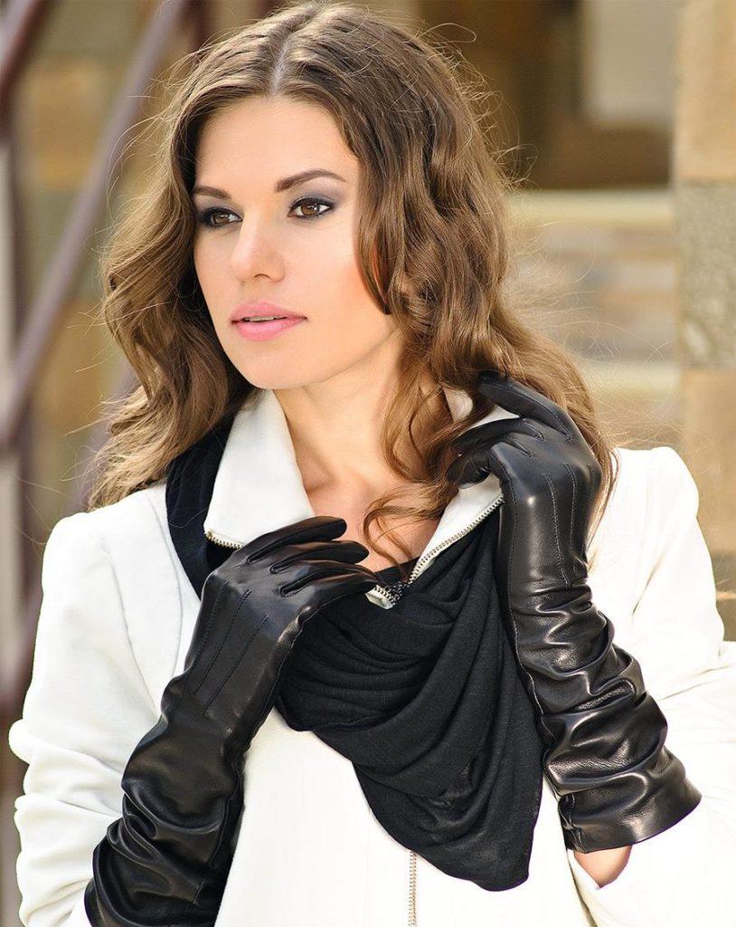 девушка в черных перчатках